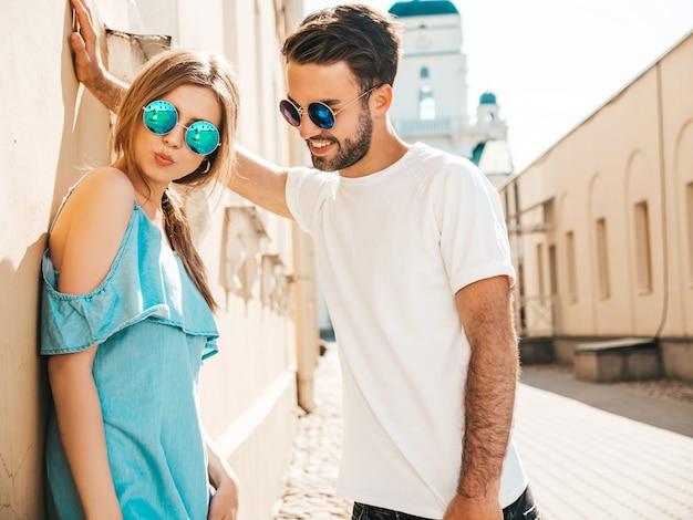 Casal com óculos de sol posando na rua