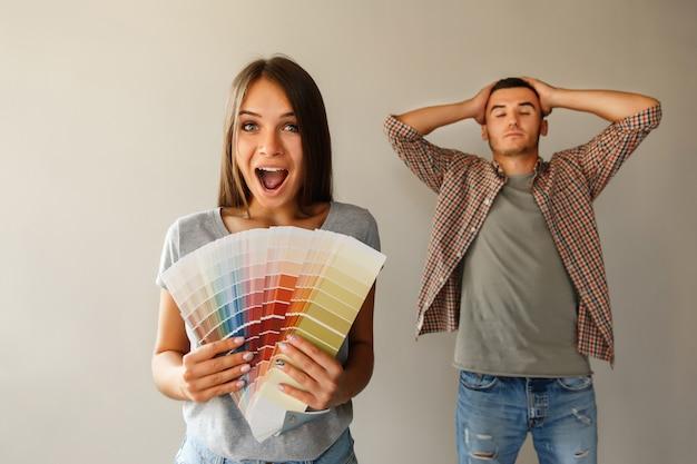 Casal com paleta de cores