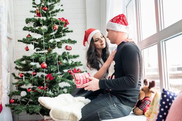 Casal com pinheiro no estúdio de natal