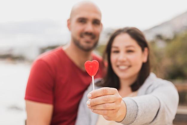 Casal com pirulito de coração