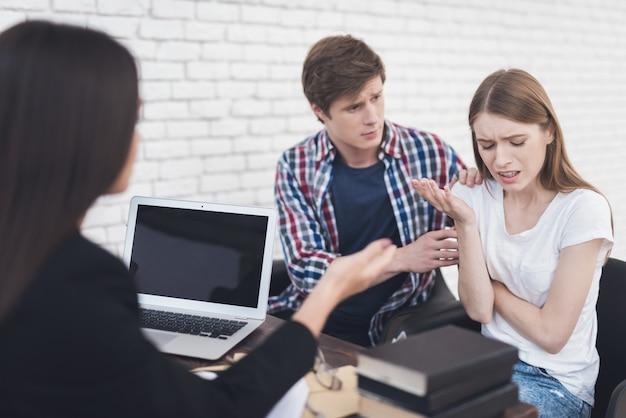 Casal com problema de aconselhamento em psicoterapia familiar.