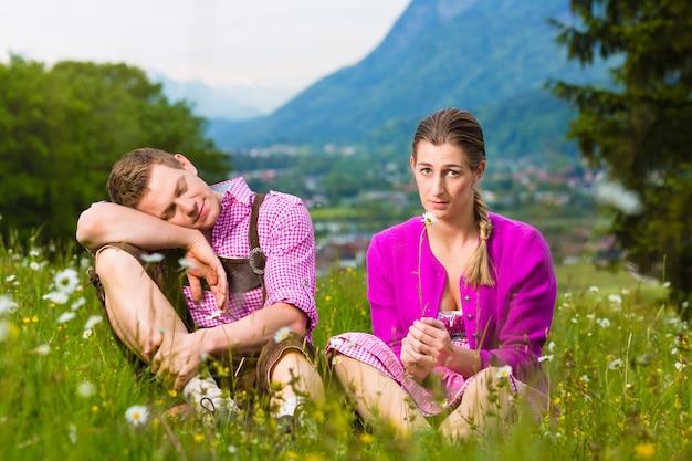 Casal com problemas no prado alpino