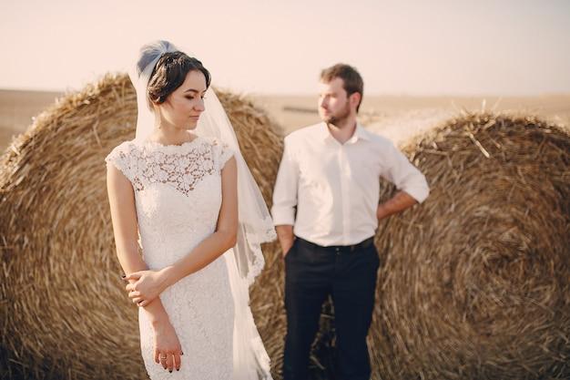 Casal com rolos da palha