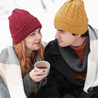Casal com roupas de inverno, olhando um ao outro