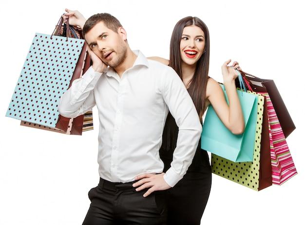 Casal com sacolas de compras