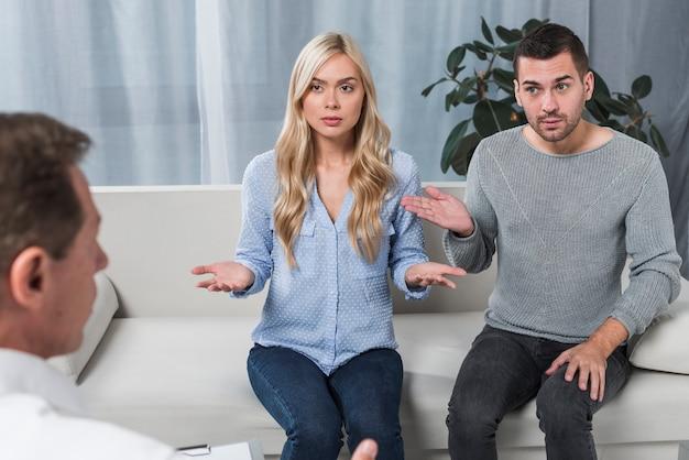 Casal com terapeuta