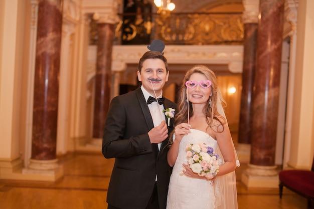 Casal com um falso óculos