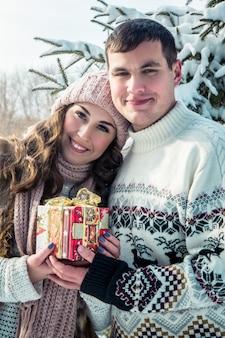 Casal com uma caixa de presente