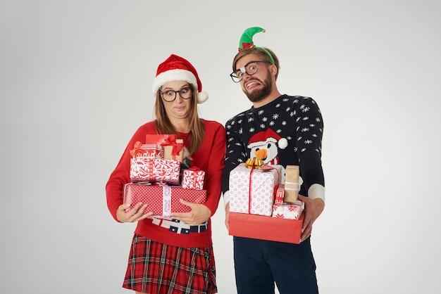 Casal com uma grande pilha de presentes de natal