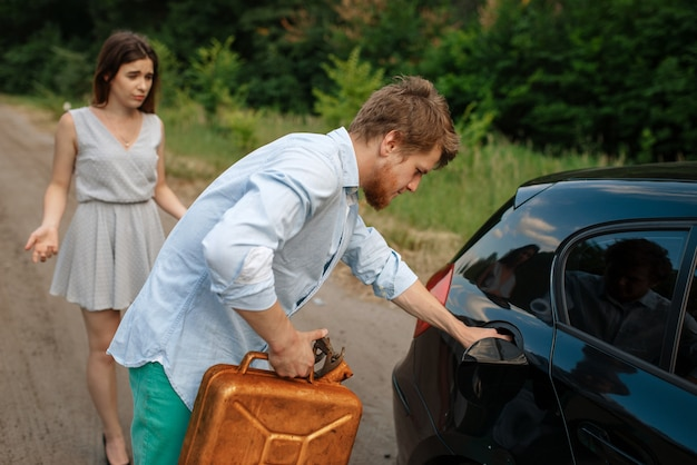 Casal com uma lata de gasolina, sem gasolina