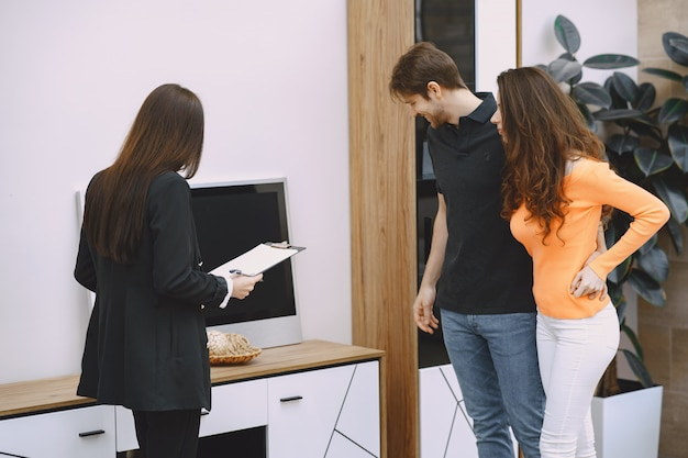 Casal com vendedor em loja de móveis
