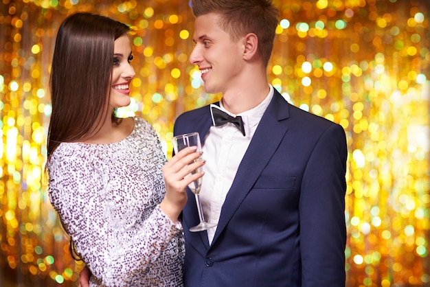 Casal comemorando ano novo