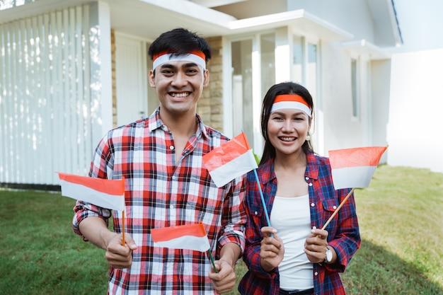 Casal comemorando o dia da independência juntos