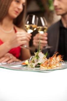 Casal comemorando uma ocasião