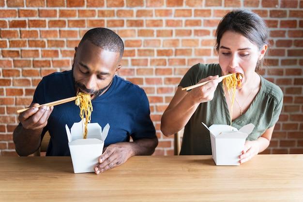 Casal comendo chow mein juntos
