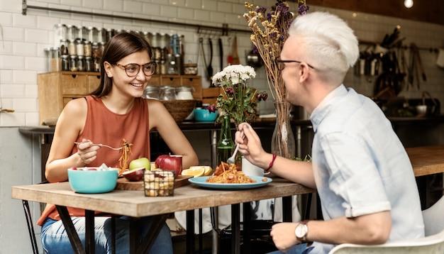 Casal comendo comida refeição namoro romance conceito de amor