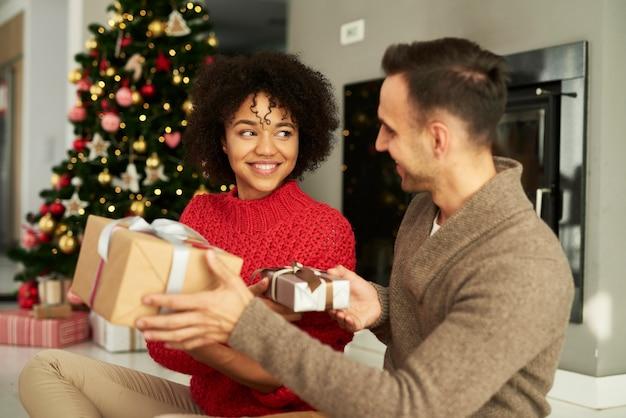 Casal compartilhando os presentes de natal