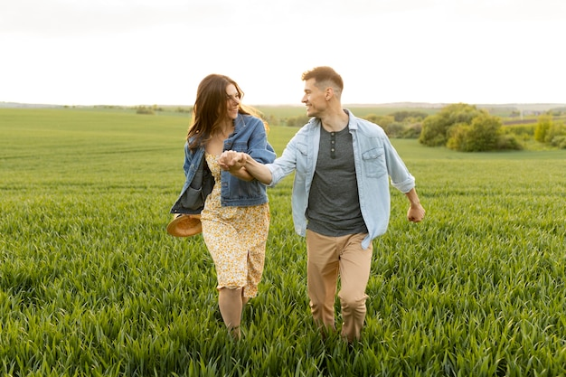 Casal completo caminhando juntos