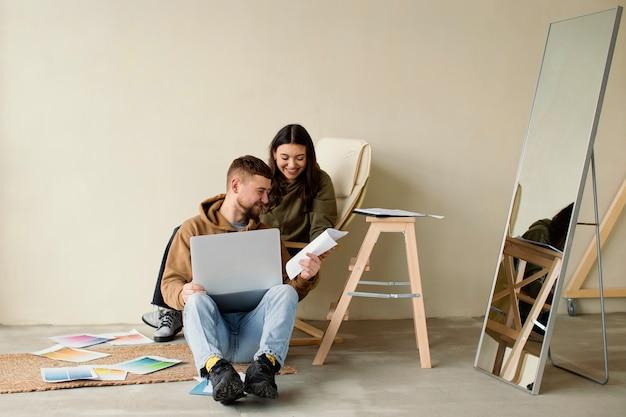 Casal completo com laptop e planos
