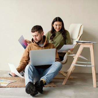 Casal completo com laptop