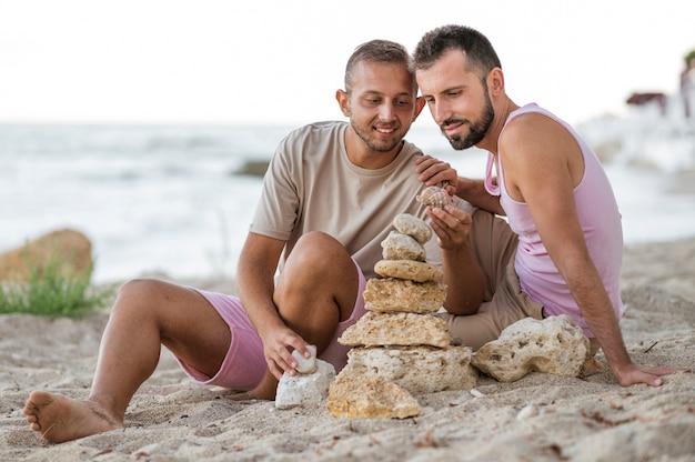 Casal completo deseja frutos do mar