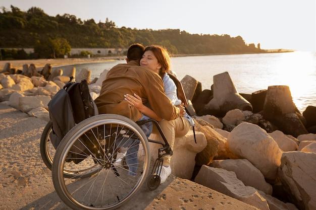 Casal completo se abraçando