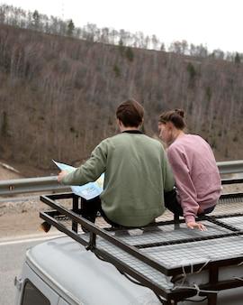 Casal completo sentado na van
