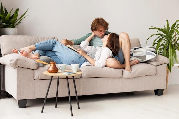 Casal completo sentado no sofá
