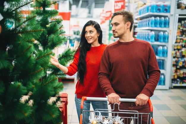 Casal comprando produtos de ano novo no supermercado