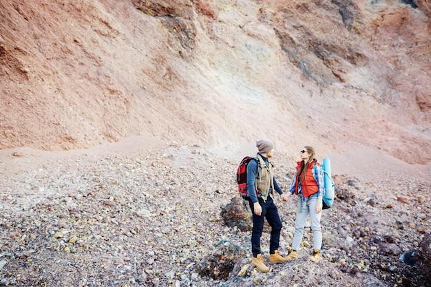 Casal contra a montanha rochosa