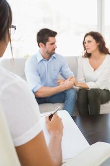 Casal conversando com seu psicólogo