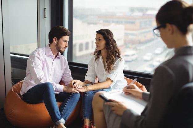 Casal conversando com um conselheiro matrimonial