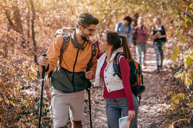 Casal conversando enquanto caminhava na floresta.