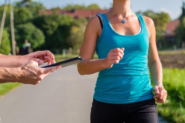 Casal correndo, esporte, movimentando-se na rua rural