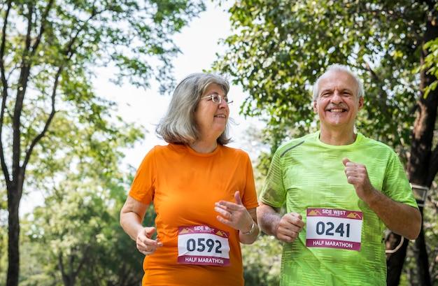 Casal correndo juntos em uma corrida