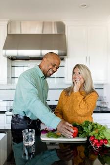 Casal cozinhando café da manhã em casa