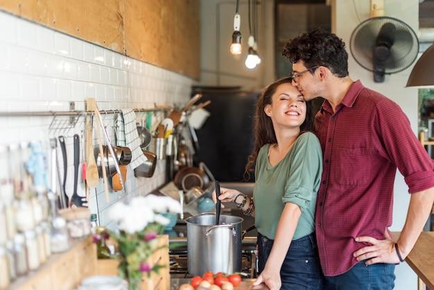 Casal cozinhando conceito de liefstyle de passatempo