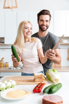 Casal cozinhando na cozinha moderna
