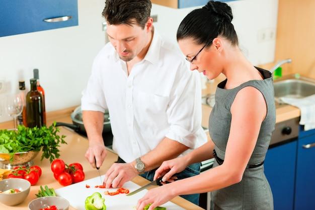 Casal cozinhando na cozinha