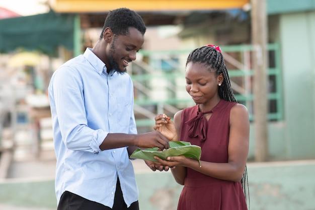 Casal curtindo comida de rua juntos