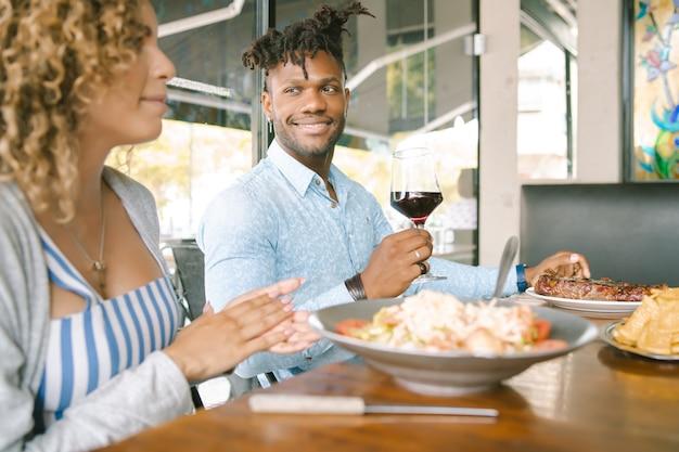 Casal curtindo e passando um bom tempo juntos enquanto almoçavam em um restaurante.