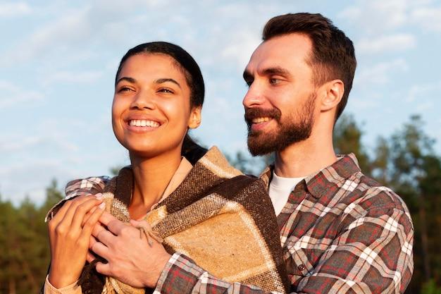 Casal curtindo juntos a vista