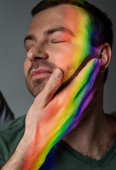 Casal da comunidade lgbt com o símbolo do arco-íris