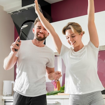 Casal dançando dentro de casa na cozinha juntos