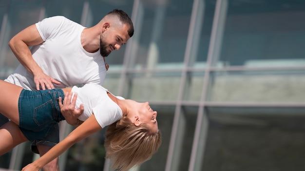 Casal dançando do lado de fora após o coronavírus com espaço de cópia