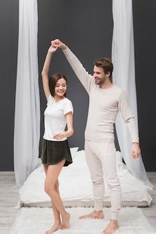 Casal dançando em casa