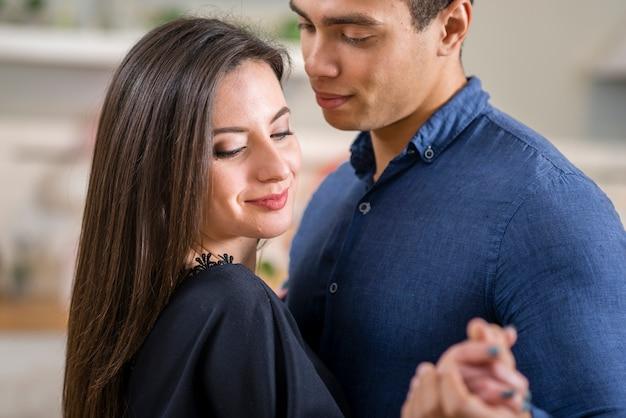 Casal dançando juntos no dia dos namorados close-up