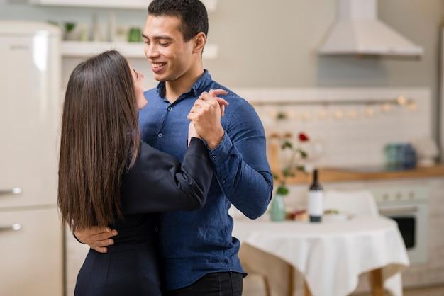 Casal dançando juntos no dia dos namorados com espaço de cópia