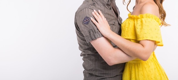 Casal dançando música latina. bachata, merengue, salsa e kizomba. close-up da elegância posar em fundo branco, com espaço de cópia.
