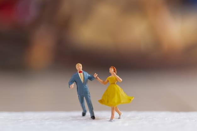 Casal dançando no chão, conceito de dia dos namorados
